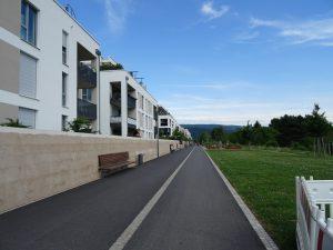 Promenade am Rand zum Feld